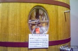 Этикетка на бочке с вином: когда был собран виноград, какого он сорта, какое вино из него получится и когда оно будет выдержено.