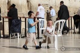 Дети около Стены Плача в городе Иерусалим.