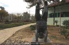 Статуя Бен-Гуриона, стоящего на голове. Врач прописал ему эти процедуры и он регулярно исполнял их.