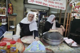 Рынок Кармель в Тель-Авиве - друзская женщина делает друзские питы, прямо на месте, горячие!