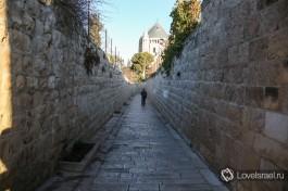 Улица, убранная камнем.