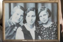 Старые фотографии на комоде.