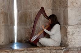 А вот такую девушку зачастую можно увидеть в Яффских Воротах в Старый Город Иерусалима.