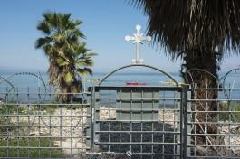 За оградой подворья - озеро Кинерет.