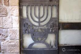 Менора на двери в старом Иерусалиме