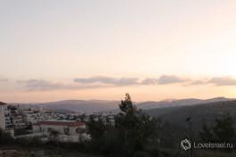 Мевассерет-Цион на фоне Иудейских гор в лучах заходящего солнца.
