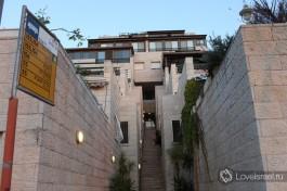 Внутриквартальная лестница в поселке Мевассерет Цион.