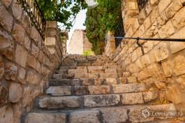 Лестница между домами на улочке а-Ришоним.