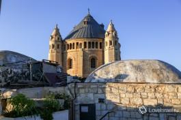Крыши Иерусалима: купола, конусы и башни.