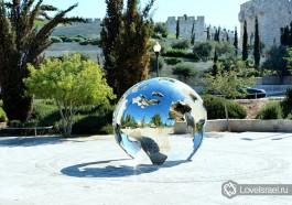 Скульптура глобуса, недалеко от стен Старого Города, Иерусалим. Фото - Игорь Гершензон.