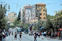 Улица Яффо и известный иерусалимский трамвай. Фото - Игорь Гершензон.