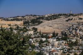 Берега ущелья Кидрон. Слева - стена Храмовой горы, справа - Церковь Марии Магдалины и Еврейское кладбище.