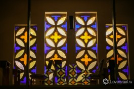 Витражи на лестнице. Церковь святого Петра в Иерусалиме