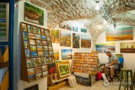 Цфатский художник в своей галерее.