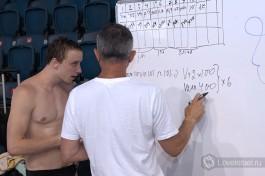 Тренер Кауфман и один из учеников. Разбирают новые задачи.
