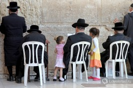 Религиозные евреи около Стены Плача. Можно сидя, можно стоя... главное с Б-гом.