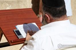 Религиозный еврей в молитве.