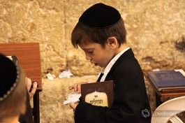 Религиозный мальчик. С самого детства прилежно исполняют заповеди Торы.