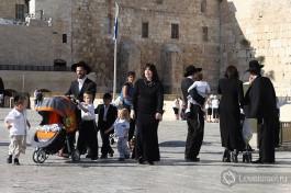 Религиозные евреи около Стены Плача.