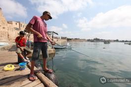 Арабские рыбаки ловят рыбу... очень часто можно увидеть отцов, которые берут на рыбалку своих детей )
