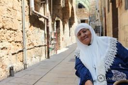 Приветливая арабская женщина в старом Акко, Израиль.