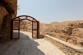 Верхние ворота по пути в монастырь.