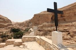 Крест, который служил ориентиром для паломников, направляющихся в монастырь.