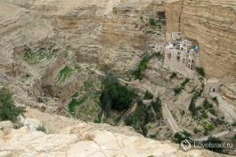 Вид на монастырь сверху. щелье вади кельт