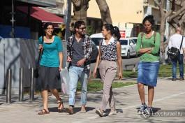 Просто люди на улицах израильских городов.