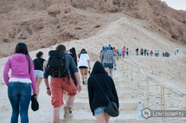 Подъем на крепость Масада по Змеиной тропе. Подъем занимает около часа, обязательно по литру воды на человека!