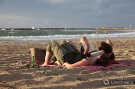На тель-авивских пляжах можно увидеть много читающих.