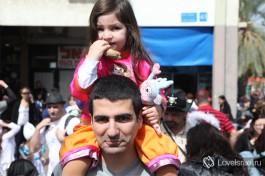 Гордый израильтянин водрузил ребенка на плечи - очень распространенный вид общения пап с малышами на празднике, так безопасней )