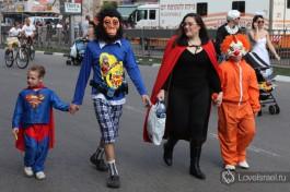 Израильская семья на Пурим. У каждого свой наряд.