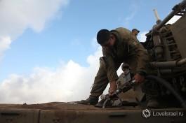 Боевые учения в Армии Обороны Израиля, солдат заправляет соляркой танк Меркава 4.