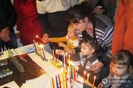 Дети зажигают ханукальные свечи. Празднование Хануки, Израиль.