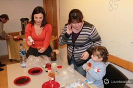 Каждая суфгания (ханукальный пончик) наполняется повидлом, оно бывает разных вкусов - клубничное, апельсиновое и даже шоколадное. Празднование Хануки в Израиле.