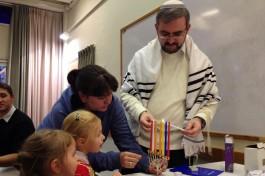 Зажигание ханукальных свечей. Раввин Григорий Котляр, Кфар Саба, Израиль.