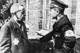 Заключенный еврей в Гетто Лодзь говорит с нацистским офицером.