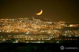 Город Тверия с противоположного берега озера Кинерет