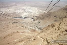 Канатная дорога вниз с вершины героической крепости Массада. Теплый пустынный ветер в лицо...