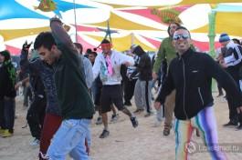 Помимо танцев люди любят крутить пои, палки, жонглировать шарами и кеглями.