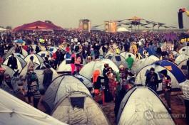 Люди приезжают на open-air с палатками, циновками, раскладными стульями, тентами...