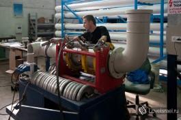 Работник производственногоцеха GES. Ник собирает систему трубопроводов системы водоподготовки для электрической станции по чертежам проектного отдела.
