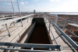 Очистные сооружения в Акко. Со строения третичного фильтра виден огромный резервуар очищенной воды, откуда она поступает на сельскохозяйственные нужды.