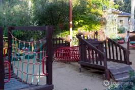 Игровая площадка для прогулок с малышами на территории яслей.
