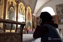 После трапезы некоторые сестры и паломники задерживаются на несколько минут, чтобы помолиться Богу.
