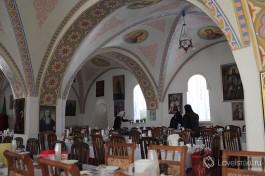 Трапезная Горненского монастыря. Стены расписаны ликами святых и иконами.