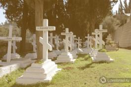 Монастырское кладбище в лучах восходящего солнца. Здесь сестры заканчивают свой земной путь.