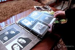 Матушка Георгия показывает альбом своих старых фотографий. История на страницах.