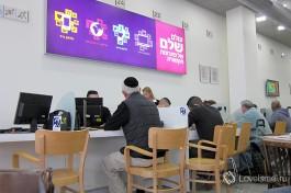 Обслуживание клиентов проходит четко и без суеты: берете номерок и ожидаете очереди, читая газету за уютным столиком :)